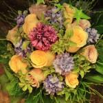 gelbe Rosen mit Hyazinten