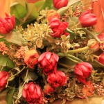 rote Tulpen mit Ranunkeln